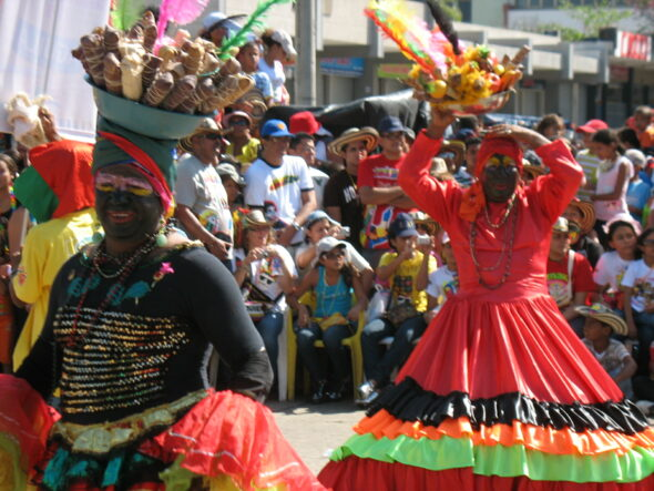 Vendedoras de bollo Carnaval Barranquilla 590x443 - Read these tips to travel to the Barranquilla Carnival without spending too much